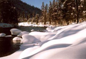 snowy-riverbank-1-623040-m